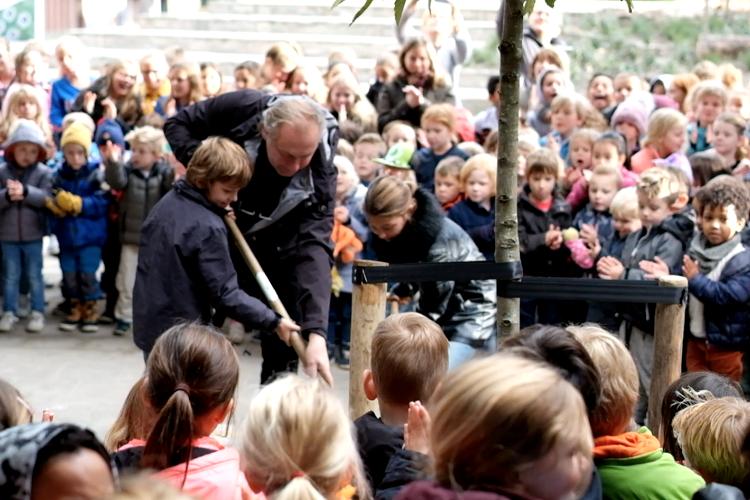 Gerrit van Es plant boom ter gelegenheid van oplevering basisschool