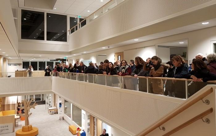 bezoekers Haac bekijken basisschool van hve architecten