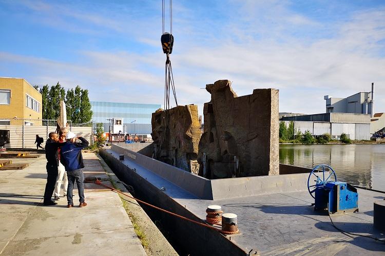 kunstwerk van Van Soest per boot naar Binckhorst